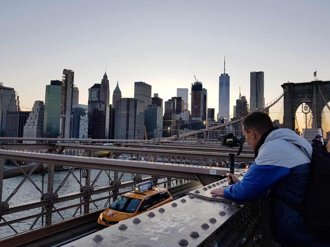 Vidéaste sur le brooklyn bridge