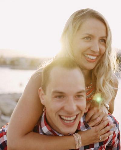 couple heureux et souriants